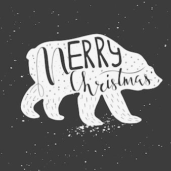 Weihnachtsillustration mit handgezeichneter beschriftung. lustiger eisbär mit zitat frohe weihnachten auf schneebedecktem hintergrund. nette illustration für karte, plakat, t-shirt, fahne.