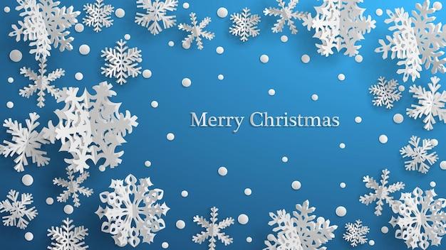Weihnachtsillustration mit weißen dreidimensionalen papierschneeflocken auf hellblauem hintergrund