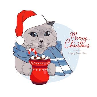 Weihnachtskarte mit einer katze in einem neujahrshut und einem glas kakao mit marshmallows
