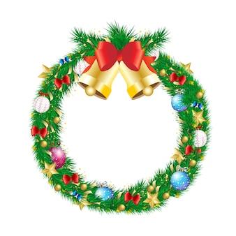 Weihnachtskiefernzweigkranz mit klingelglocke und dekoration. winterferienkranz mit goldenem stern, kugelkugel, bogen und lametta naturalistisch aussehend