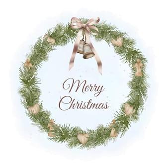 Weihnachtskranz mit tannenzweigen, holzspielzeug und band