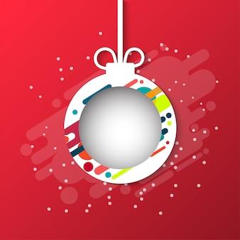 Weihnachtskugel mit einem schneeflockepapierschnitt. vorlage für weihnachtskarten auf rotem hintergrund.