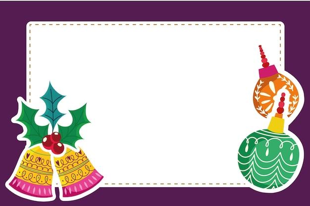 Weihnachtskugeln und glocken mit stechpalmenblättern