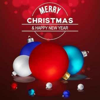 Weihnachtskugelnahaufnahme auf rotem hintergrund