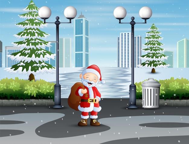 Weihnachtsmann, der durch park mit einer tasche von geschenken geht