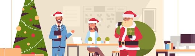 Weihnachtsmann, der geschenkboxen an geschäftsleute gibt frohe weihnachten frohes neues jahr winterferienfeierkonzept moderne büroinnenwohnung flache illustration