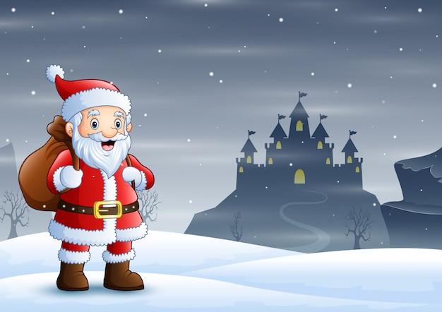 Weihnachtsmann, der im schnee mit einer tasche von geschenken steht