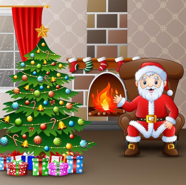 Weihnachtsmann, der im sofa nahe verzierte kiefer und die kastengeschenke sitzt