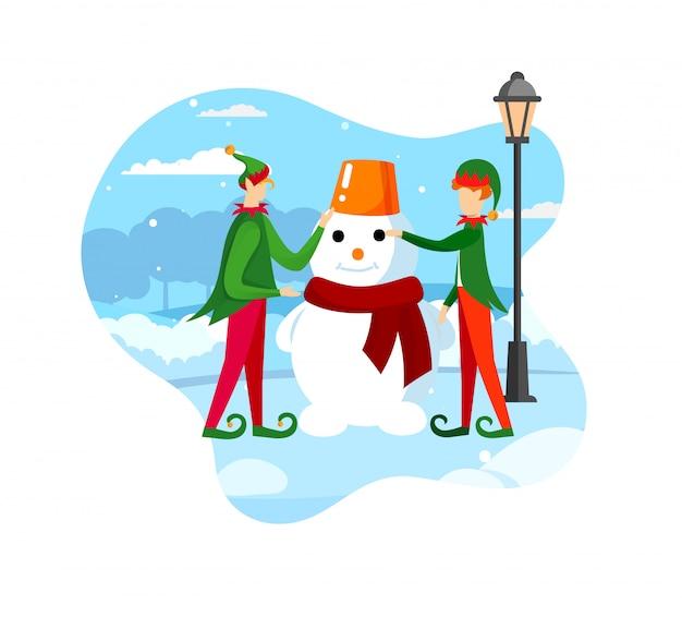 Weihnachtsmann-helfer-spielerische elfen, die schneemann bilden