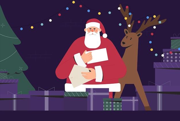 Weihnachtsmann in traditioneller tracht, der weihnachtsbrief hält und liest, neben den kisten mit geschenken und einem hirsch. weihnachts- und neujahrsfeiertagspostkarte. flache illustration.