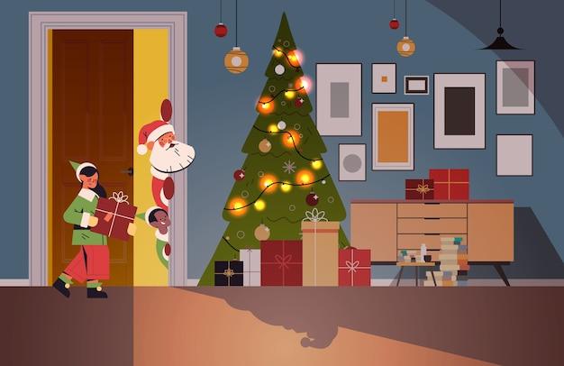 Weihnachtsmann mit elfen, die aus hinter wohnzimmer wohnzimmer mit dekoriertem tannenbaum und girlanden neujahrsweihnachtsfeiertagsfeierkonzept horizontale vektorillustration herausschauen