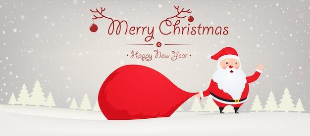 Weihnachtsmann mit großem taschengeschenk auf schneebedecktem hintergrund mit weihnachtsbäumen. weihnachten und neujahr hintergrund.