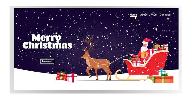 Weihnachtsmann reitet im schlitten mit rentier frohe weihnachten frohes neues jahr winterferien feier konzept landing page