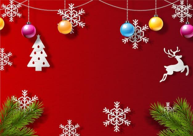 Weihnachtsobjekte und kiefernblätter verziert auf rotem hintergrund. schöne weihnachtsgrußkarte