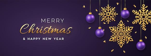 Weihnachtspurpur mit hängenden glänzenden goldenen schneeflocken und kugeln.
