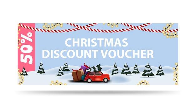 Weihnachtsrabattgutschein, bis zu 50% rabatt auf alle einkäufe. rabattgutschein mit weihnachtskarikaturlandschaft mit rotem auto, das weihnachtsbaum trägt