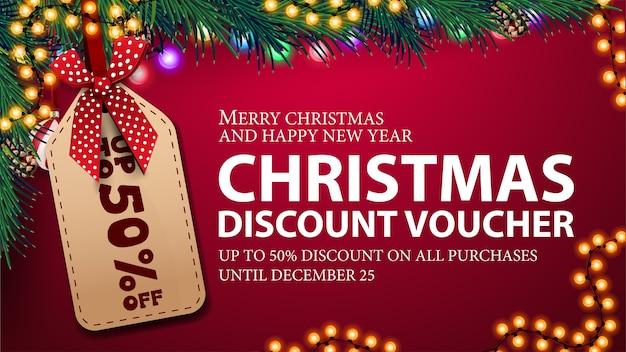 Weihnachtsrabattgutschein, bis zu 50% rabatt auf alle einkäufe. weihnachtsgutschein mit großem preisschild, weihnachtsbaumzweigen und girlandenrahmen