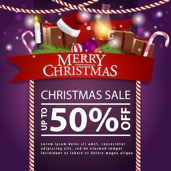 Weihnachtsrabattkarte mit rotem band, weihnachtsgeschenken und antiker lampe