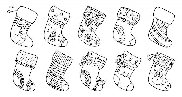 Weihnachtssocken flache linie gesetzt. traditionelle und verzierte strümpfe des schwarzen linearen karikaturfeiertags. weihnachtssocken als geschenk, verzierte stechpalme und muster. neujahrs-designkollektion. illustration