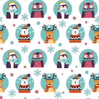 Weihnachtstiere, die warme strickkleidung tragen. hirsch und pinguin, eule und dabei eisbär. weihnachts- und neujahrsfeier. rentiere und vogel mit schneeflocken. nahtloses muster, vektor im flachen stil
