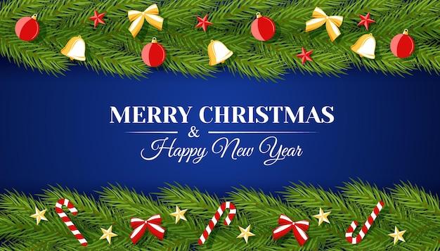 Weihnachtsvektorbanner mit einem streifen aus tannenzweigen, verziert mit kugelglocken, bogen und süßigkeiten