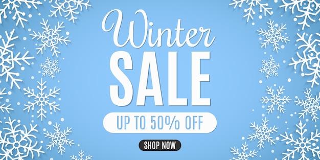 Weihnachtsverkauf banner. papierschneeflocken mit schneestaub. stilvoller schriftzug. saisonale weihnachtseinkäufe.