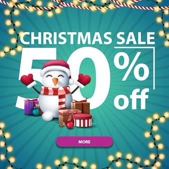 Weihnachtsverkauf, bis zu 50 rabatt, blaues rabattbanner mit großen zahlen, knopf, girlande und schneemann in weihnachtsmannmütze mit geschenken