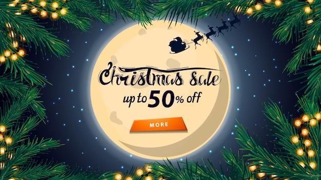 Weihnachtsverkauf, bis zu 50 rabatt, rabatt-banner mit großem vollmond am sternenhimmel, silhouette santa claus, rahmen von weihnachtsbaumzweigen
