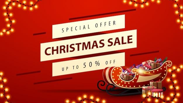 Weihnachtsverkauf, bis zu 50% rabatt, rotes rabatt-banner mit weihnachtsschlitten mit geschenken, girlanden und weißen diagonalen linien zum angebot