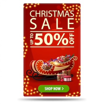 Weihnachtsverkauf, bis zu 50% rabatt, rotes vertikales rabatt-banner mit girlanden, knopf und weihnachtsschlitten mit geschenken