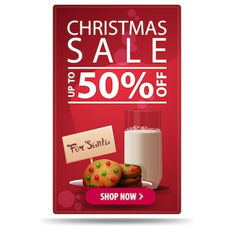 Weihnachtsverkauf, bis zu 50% rabatt, vertikale rote rabatt-banner mit knopf und kekse mit einem glas milch für santa claus