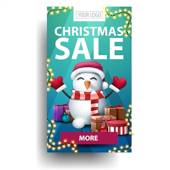 Weihnachtsverkauf, blaue vertikale rabattfahne mit purpurrotem knopf und schneemann in santa claus-hut mit geschenken. rabattfahne lokalisiert auf weißem hintergrund