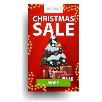 Weihnachtsverkauf, roter vertikaler rabatt mit grünem knopf und weihnachtsbaum in einem topf mit geschenken i