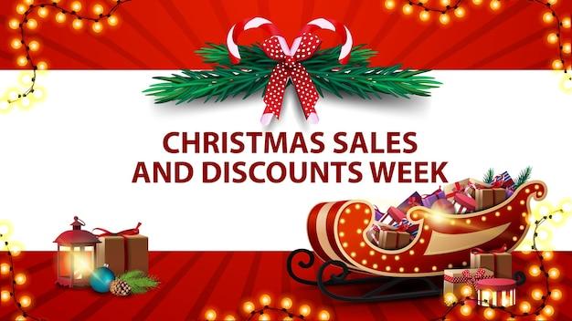 Weihnachtsverkaufs- und rabattwoche, rotes banner mit horizontalem weißen streifen, weihnachtsbaumkranz, vintage-laterne und weihnachtsmannschlitten