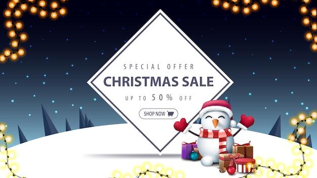 Weihnachtsverkaufsfahne mit schneemann in santa claus-hut mit geschenken