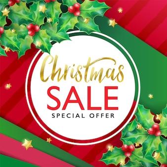 Weihnachtsverkaufsfahnenschablone mit stechpalme und weihnachtsverzierung auf rotem und grünem geschenkverpackungspapierhintergrund
