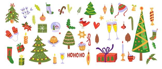 Weihnachtswinterelemente mit geschmückten weihnachtsbäumen, geschenkboxen, handschuhen, kerzen, süßigkeiten. feiertagssammlung mit gimpel, hut, zapfen, geschenken, stechpalme lokalisiert auf weiß. neujahrssymbole