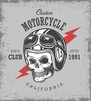 Weinlese-motorraddruck mit schädel im motorradhelm auf gutshofhintergrund.