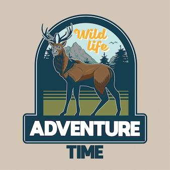 Weinlesebeet mit wildtierwaldhirsch mit großen hörnern mit bäumen und bergen. abenteuer, reisen, camping, outdoor, natur, konzept.