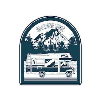 Weinleselogo, druckkleidungsdesign, illustration des emblems, aufnäher, abzeichen mit klassischem familien-wohnmobil für caravaning auf bergen. abenteuer, reisen, sommercamping, outdoor, naturreise