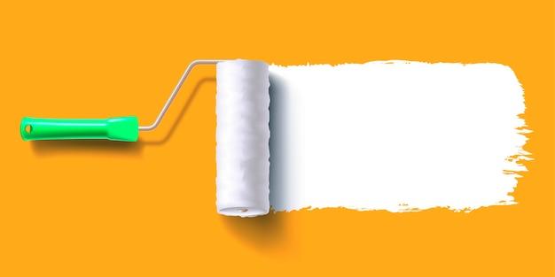 Weiße farbspur des walzenpinsels