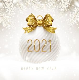 Weiße ferienkugel mit goldenem schleifenknoten und neujahrsgruß. weihnachtsball auf einem schnee.