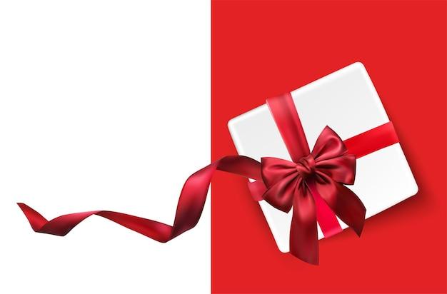Weiße geschenkbox und rote schleife