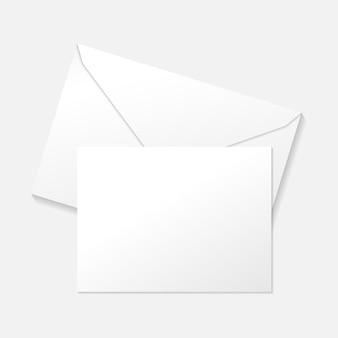 Weiße grußkarte auf umschlag flach draufsicht