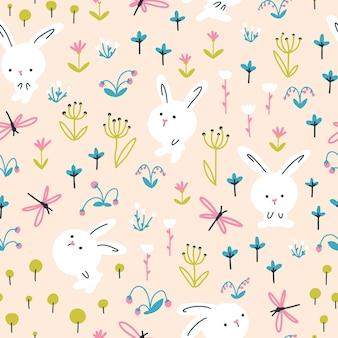 Weiße kaninchen in sommerblumen mit nahtlosem muster der libellen. kindergartenillustration auf beigem hintergrund.