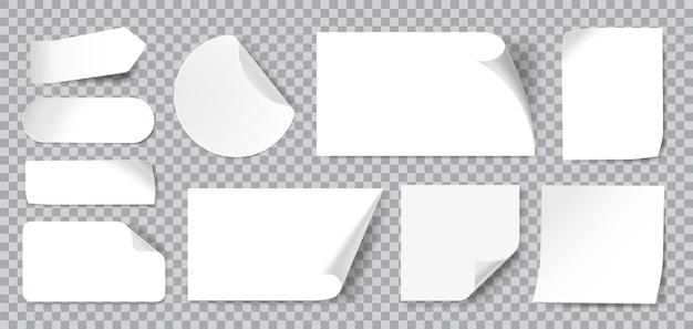 Weiße leere klebeaufkleber mit gefalteten oder gekräuselten ecken. realistische haftnotizen aus papier