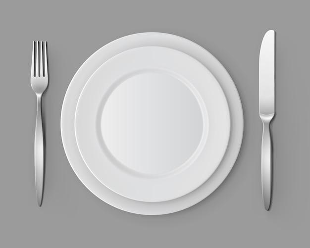 Weiße leere runde platten gabel und messer tischgedeck