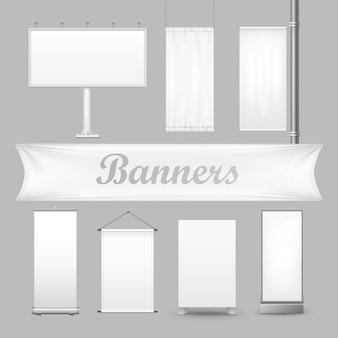 Weiße leere textilwerbebanner mit folds.de zeigen stand mit leerem plakat oder plakatsatz für werbung lokalisiert auf grauem hintergrund