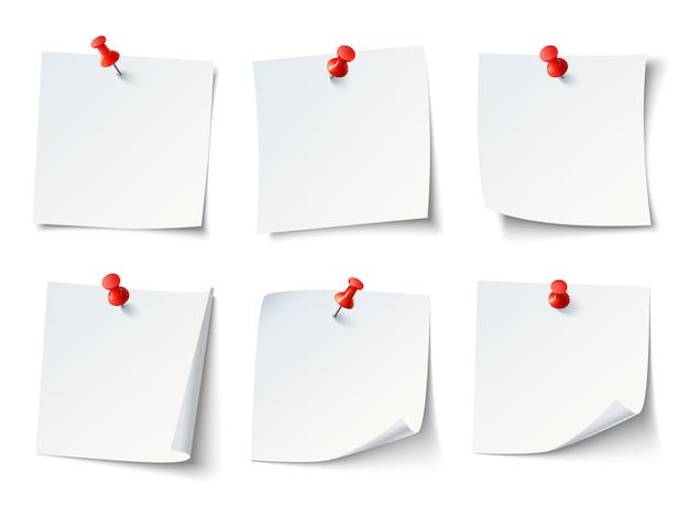 Weiße leere zeichenpapiere, anmerkungen über rote reißzwecke.