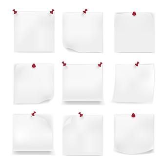 Weiße leere zeichenpapiere, notizen auf roter reißzwecke